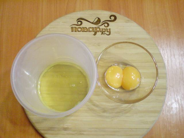 Делим яйца на желтки и белки.