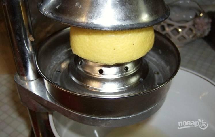 Теперь разрезаем лимоны на половинки и выжимаем сок.