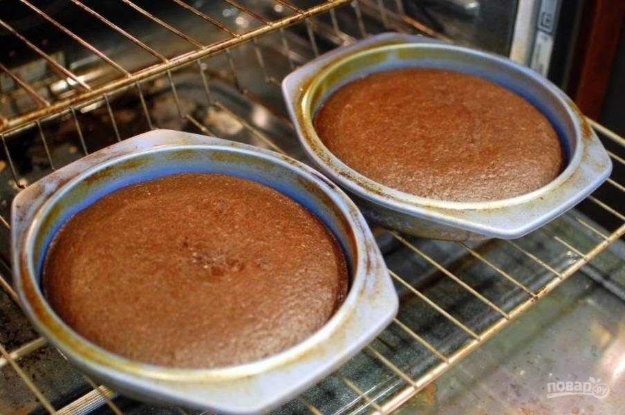 4.Готовую выпечку достаньте из духовки и дайте ей время на остывание в форме.