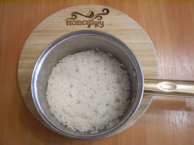 Отварите рис в соленой воде до готовности.