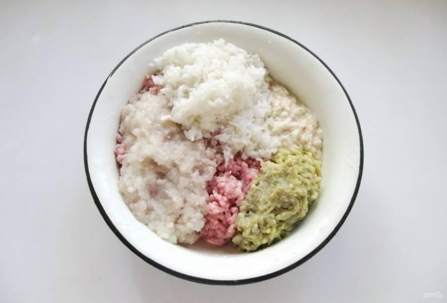 Добавьте в фарш отварной рис.