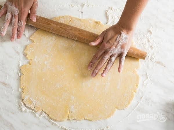 7. Тесто раскатайте довольно тонко на рабочей поверхности. Духовку к этому времени разогрейте до 180 градусов.