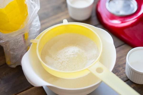 4. Просейте в отдельную емкость муку. Лучше взять немного с запасом, так как указать точное количество муки, которое войдет в тесто довольно сложно.