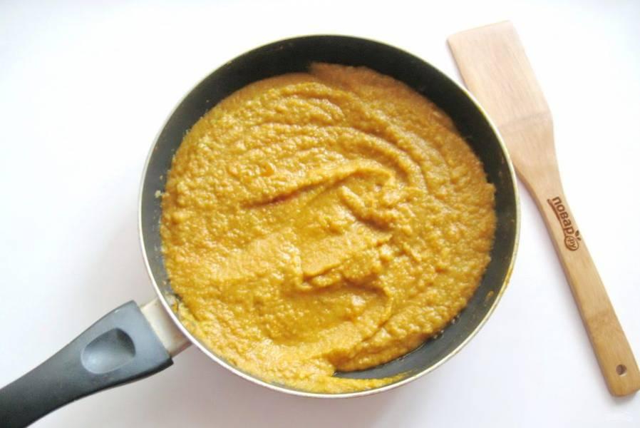 Добавьте чеснок, перемешайте и тушите кабачковую икру еще 5-10 минут в сковороде.