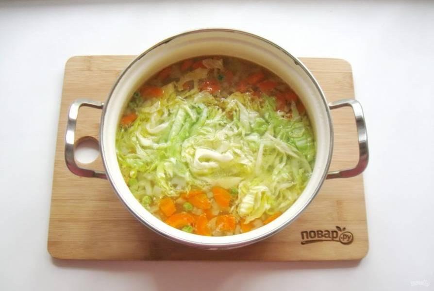 Когда все ингредиенты будут почти готовы, выложите в суп нарезанную молодую капусту. Посолите по вкусу. Варите суп еще 7-8 минут и выключайте.