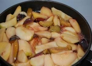 Яблоки и сливы опустить в закипевшую карамель и дать поджариться. Добавить корицу.