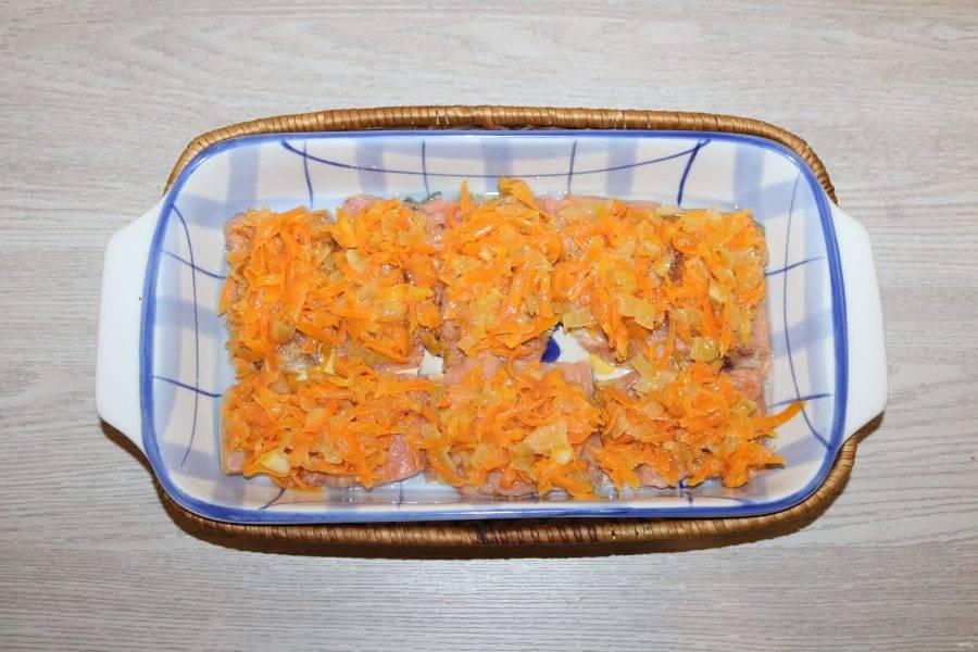 Сверху выложите обжаренные лук с морковкой. Можно их перемешать.