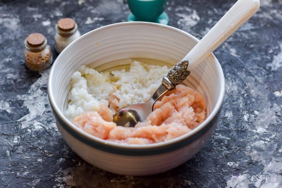 В миску переложите фарш и вареный рис.