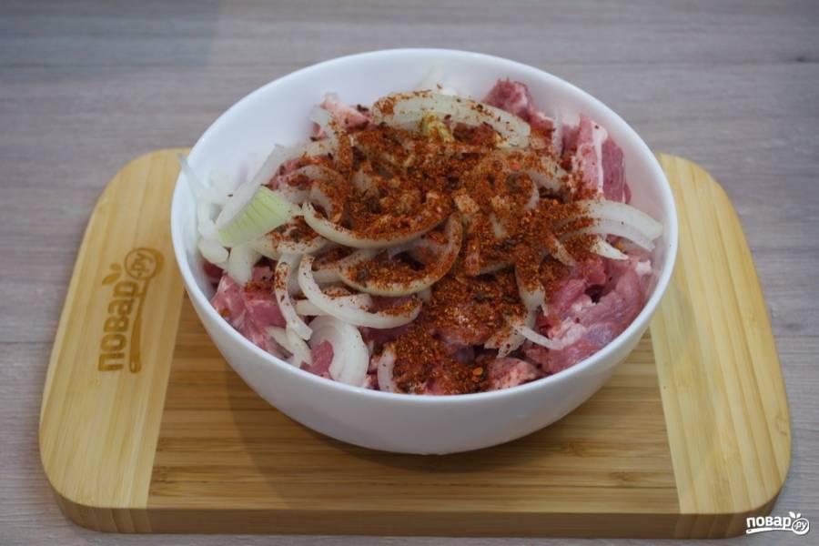 Также добавьте специи для мяса, соль. Я беру специи на развес к мясу для запекания. Можно взять специи, доступные вам. Какие бы специи вы не положили, мясо получится вкусным.