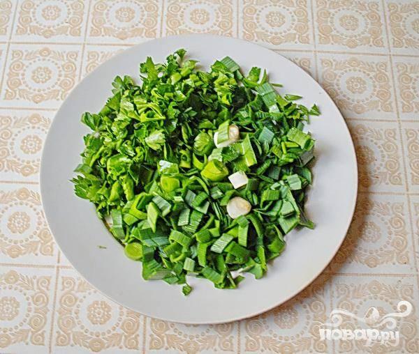 5. Займемся зеленью. Петрушку, чеснок, зеленый лук промываем, затем мелко нарезаем, отправляем в кастрюлю с супом.