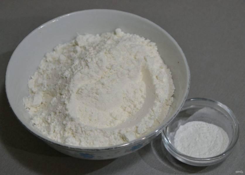 Добавьте в муку разрыхлитель и щепотку соли.