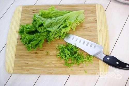 4. Вымойте и измельчите зелень. Листья салата промойте и порвите руками.