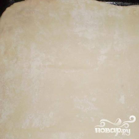 2.На две неравных части разделяем тесто, большую часть раскатываем в пласт примерно один сантиметр, выкладываем на лист.