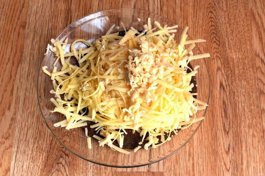 Натрите все виды сыра на крупной терке.