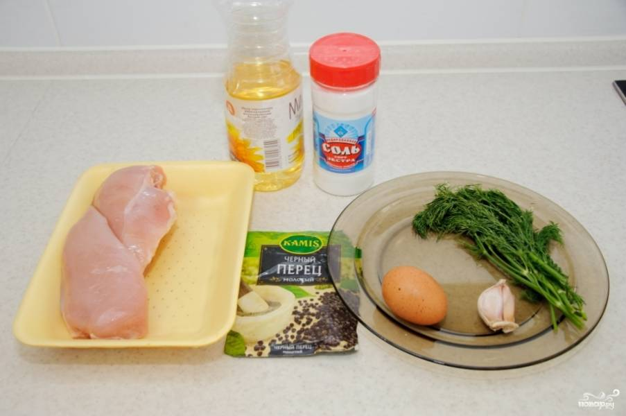 1. Перед вами ингредиенты, необходимые, чтобы повторить этот простой рецепт котлет рубленых из курицы. Вы можете, безусловно, дополнить его по желанию.
