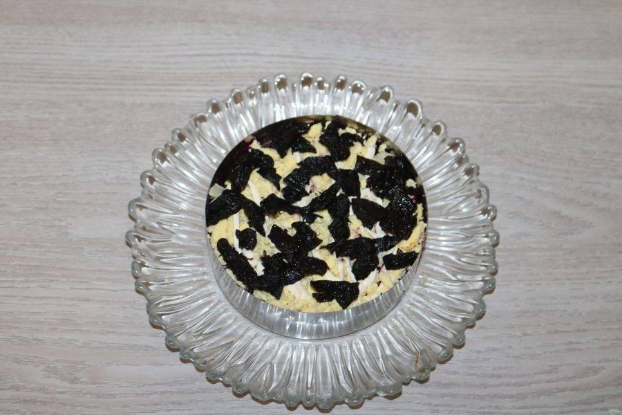 Чернослив нарежьте соломкой. Если чернослив не мягкий, залейте его кипятком на несколько минут. 5 слой - чернослив.