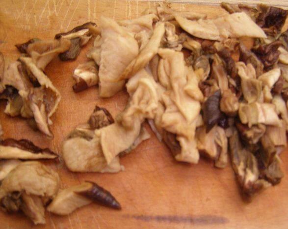 Подготовленные грибы нарезаем тонкой соломкой. Воду не выливаем.