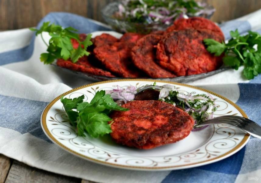 Подавайте горячими. Можно просто со сметаной или солеными овощами. Но  особенно вкусно подавать котлеты к селедке с луком.