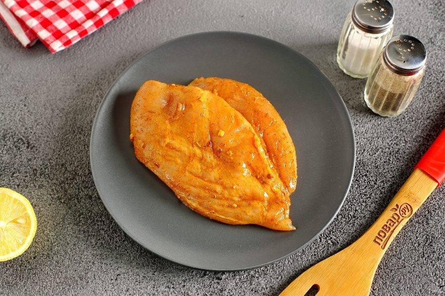 Грудку натрите солью и специями полейте соком лимона, сбрызните растительным маслом и оставьте мариноваться на 20-30 минут.