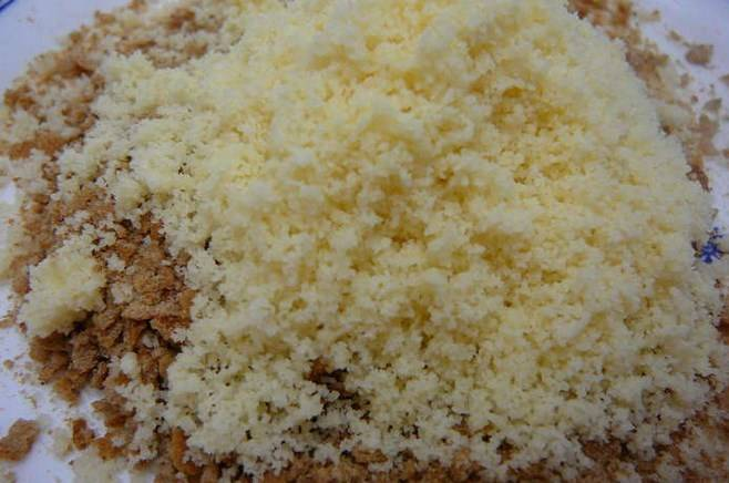 Смешайте сухари с тертым сыром.