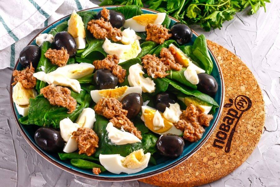 Последним добавьте майонез любой жирности, распределяя его в любом порядке на салат.