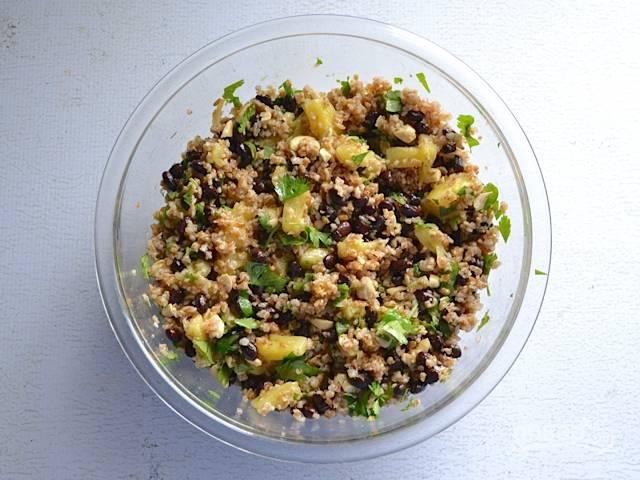 5.Добавляю остывший булгур, заправляю салат соусом и перемешиваю, по вкусу солю.
