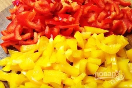Очищенный от семян перец нарезаем небольшими кубиками или полосками. Дальше нарезанный перец тоже обжариваем на сковороде.