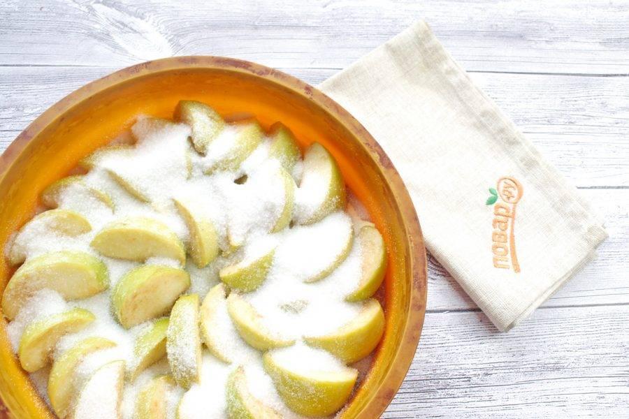 Яблоки разрежьте на 4-6 долек, удалите сердцевину. Разложите кусочки яблок  плотно  по дну формы кожицей вниз, сверху высыпьте 1/2 сахара. Поставьте запекаться в духовку при 200 градусах примерно  на 1 час до мягкости яблок. Дайте им остыть минут 10.