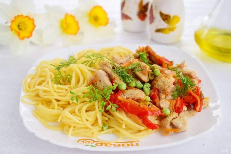 Добавьте спагетти, измельченный укроп, перемешайте и подавайте к столу. Buon appetito!