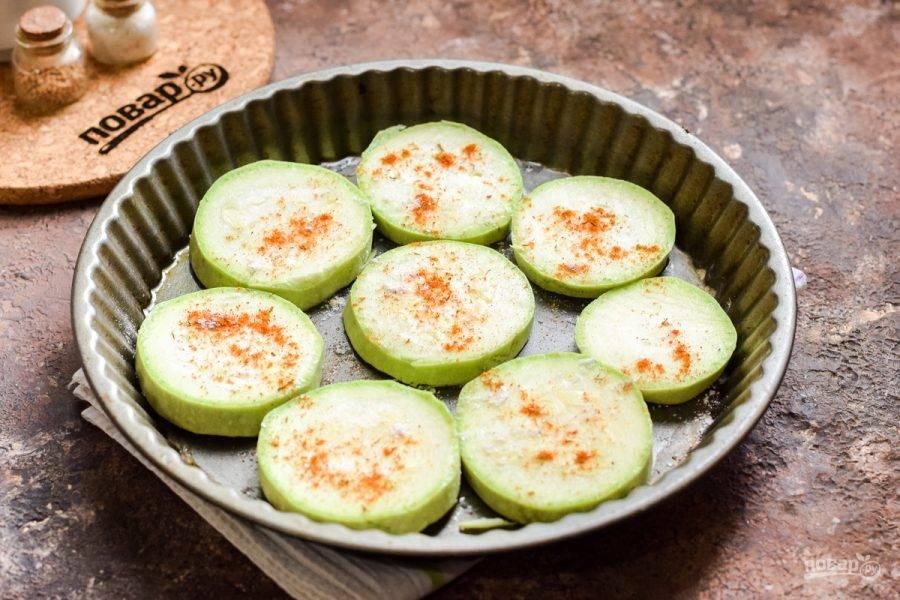 Посыпьте кабачки солью, перцем по вкусу, также можете добавить паприку и специи на свое усмотрение.