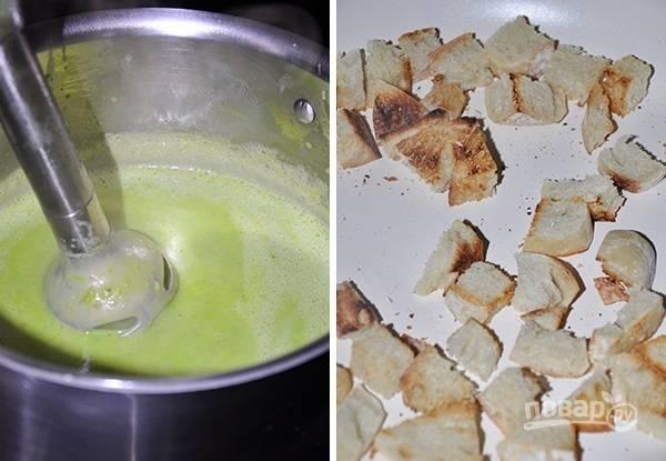 5. Как только закипит, снимите с огня и с помощью блендера измельчите в пюре. Снова отправьте на плиту и прогрейте немного.  Хлеб нарежьте небольшими кубиками и подсушите на сухой сковороде.