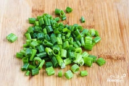 5. Вымойте и обсушите оставшийся зеленый лук, измельчите его.