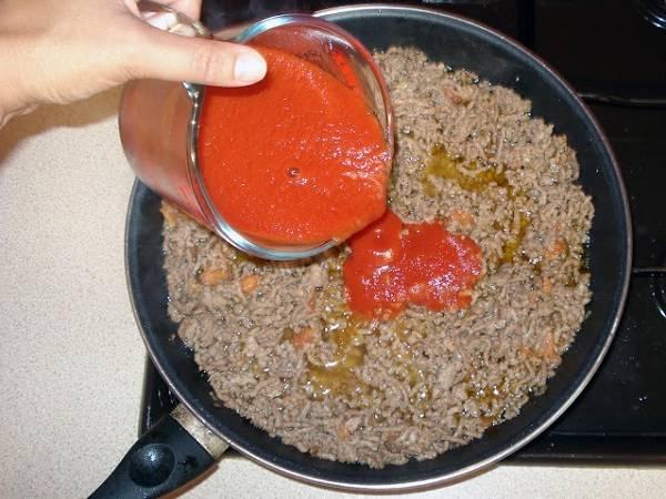 5. Перемешать и минут через 5 добавить томатную пасту.