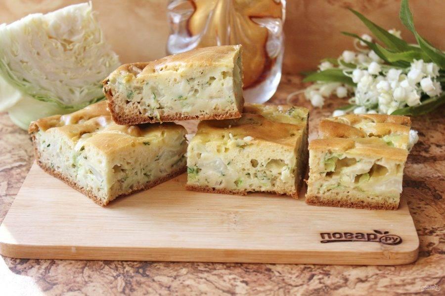 Пирог с яично-сметанной заливкой готов. Немного его охладите и подавайте к столу. Вкусно, как в теплом, так и в холодном виде.