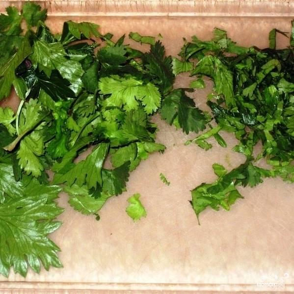 Тем временем займемся остальными ингредиентами. Зелень сельдерея и кинзы вымоем и мелко нарубим.