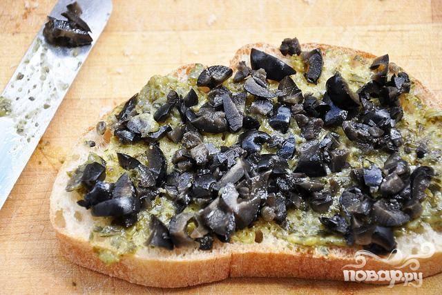 3. Сверху посыпать нарезанными маслинами.