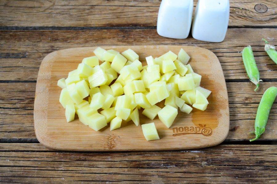 Как только закипит, отправьте в кастрюлю нарезанный мелкими кубиками картофель. Варите овощи до мягкости.