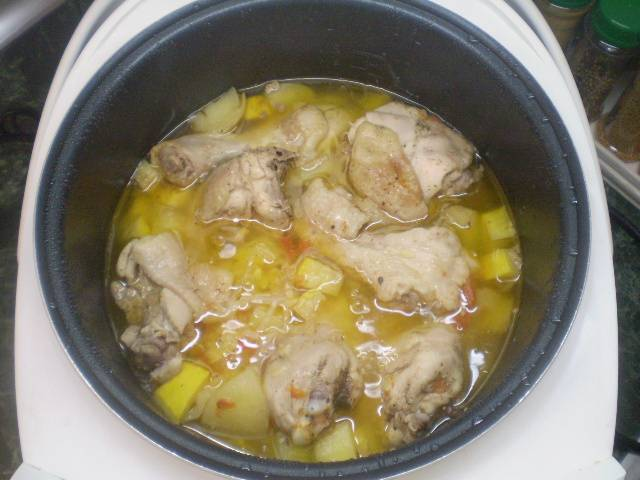 Курица с картошкой и овощами в мультиварке готова.