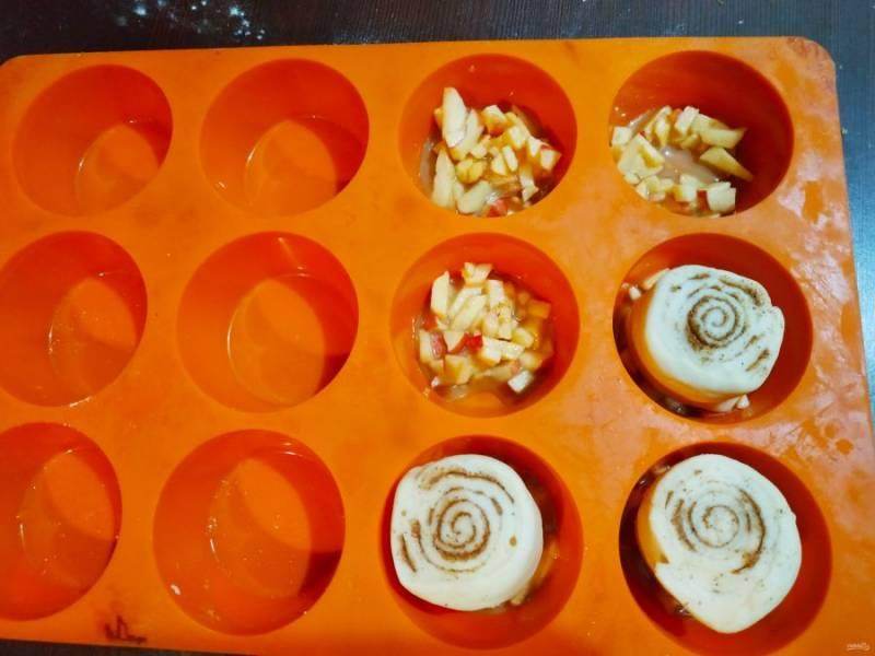 На дно формы выложите начинку, а сверху положите нашу заготовку будущей булочки. Отставьте на 15 минут.