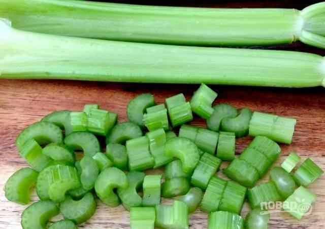 3.Вымойте сельдерей и нарежьте небольшими кусочками.
