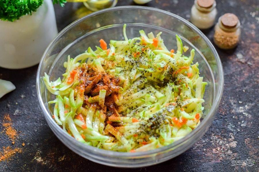 Добавьте к кабачкам специи и растительное масло без запаха.