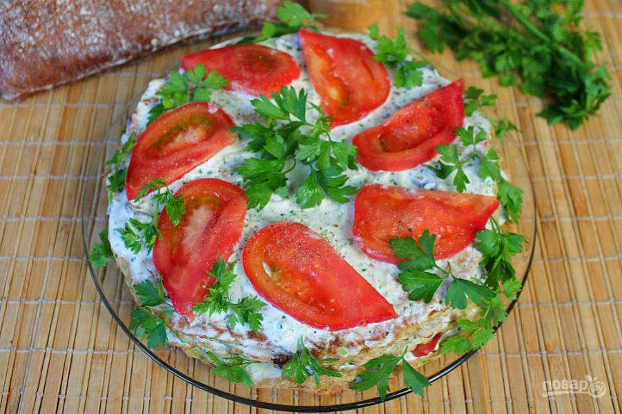 На последний корж выкладываем помидоры и петрушку. Посыпаем перцем.