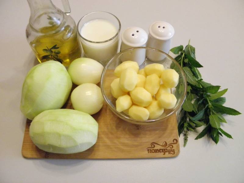 1. Подготовьте продукты для супа. Очистите овощи, вымойте мяту под проточной водой. Овощной бульон доведите до кипения.