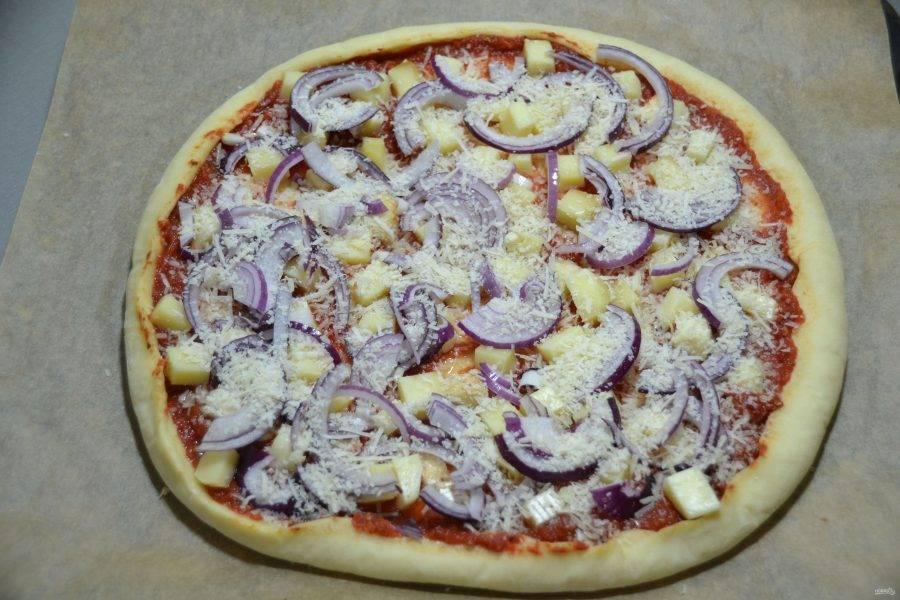 Выложите на пиццу моцареллу, красный лук, присыпьте половиной тертого пармезана и снова отправьте в духовку на 8 минут.