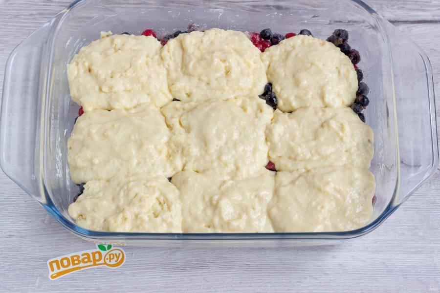 Вот в таком виде убираем пирог в разогретую до 180 градусов духовку на 30-40 минут.