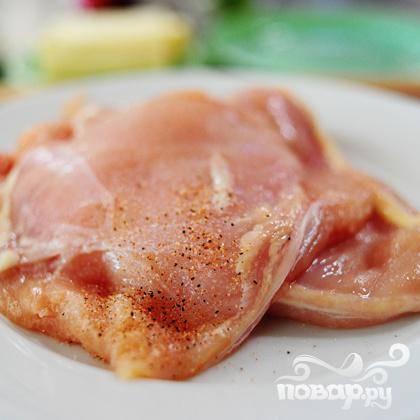 Посыпать курицу солью и перцем.