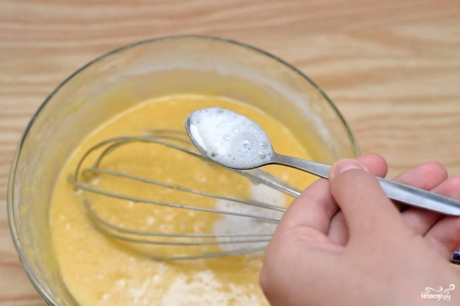 Загасите соду уксусом и вылейте в тесто. Замесите.