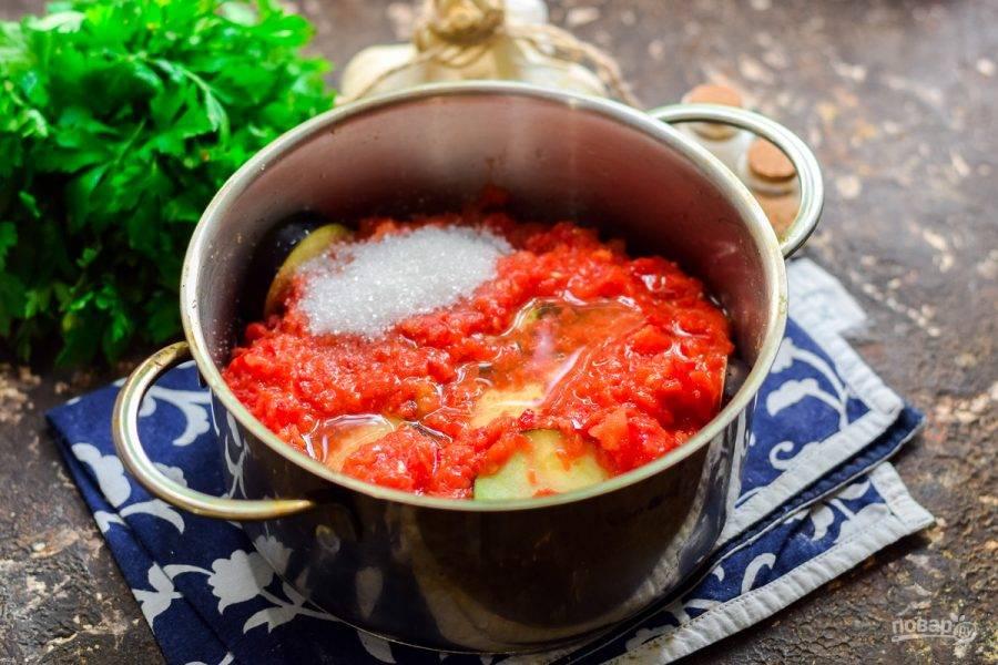 Добавьте в кастрюлю соль, сахар и масло. Тушите синие 25 минут на среднем огне.