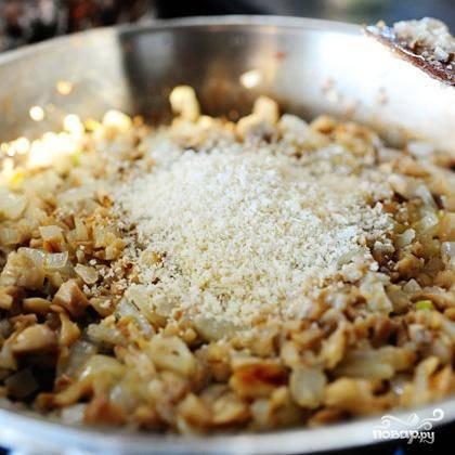 3. Добавить панировочные сухари, соль и черный перец. Перемешать и жарить в течение 2 минут. Снять с огня и остудить.