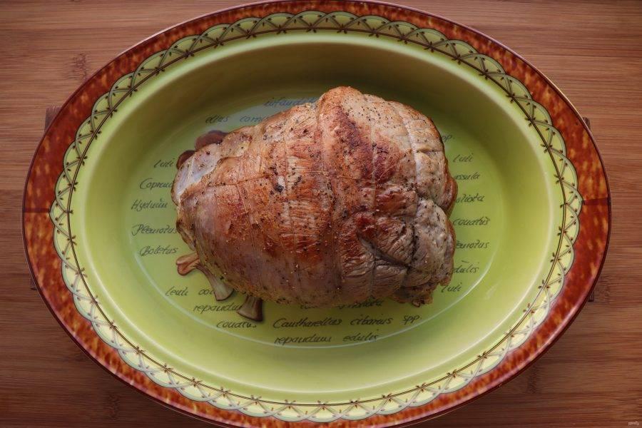 На тщательно разогретой сковороде обжарьте мясо со всех сторон до золотистой корочки. Обжаренное мясо выложите в огнеупорную форму с толстым дном и оставьте отдохнуть на 5-10 минут.
